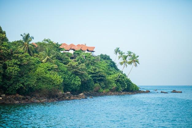 Casa à beira de uma ilha tropical