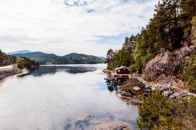 Casa à beira do lago idílico