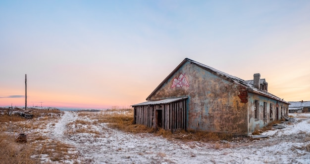 Casa abandonada contra o céu ártico. antiga vila autêntica de teriberka. península de kola. rússia.