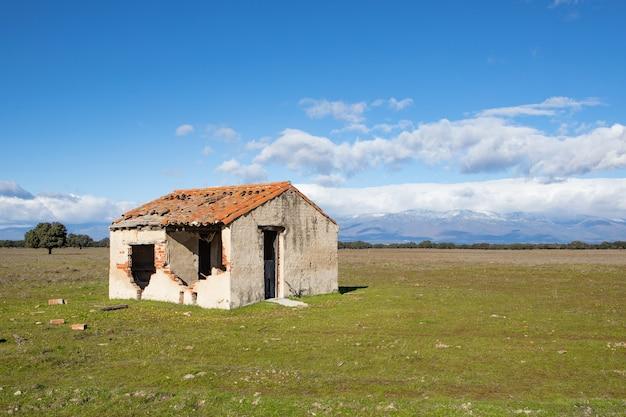 Casa abandonada e em ruínas no campo. nuvens deslumbrantes no céu