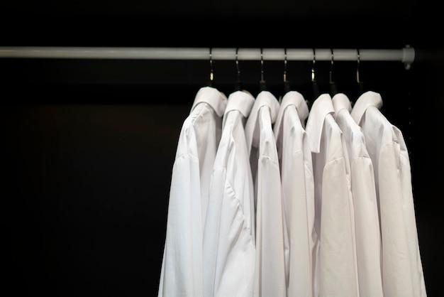 Casa aconchegante guarda-roupa aberta com roupas e sapatos.