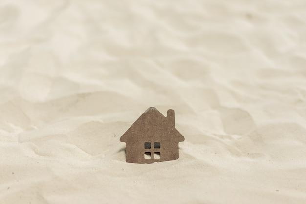 Casa afundando na areia