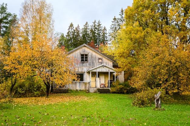 Casa antiga com belo jardim no outono. subúrbio de helsinque, finlândia.