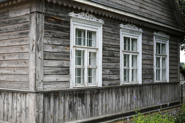 Casa antiga com madeira velha cinza. casa típica na lituânia, trakai