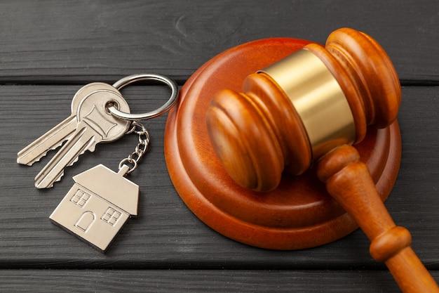Casa após o divórcio. seção de propriedade. martelo do juiz e chaves da casa. compra ou venda de uma casa em leilão.