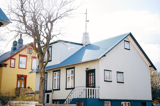 Casa azul com telhado azul em reykjavik, capital da islândia