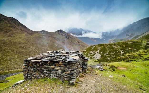 Casa bonita da cordilheira e do abrigo de animais, no vale de tsum, nepal.