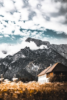 Casa branca e marrom em uma paisagem natural