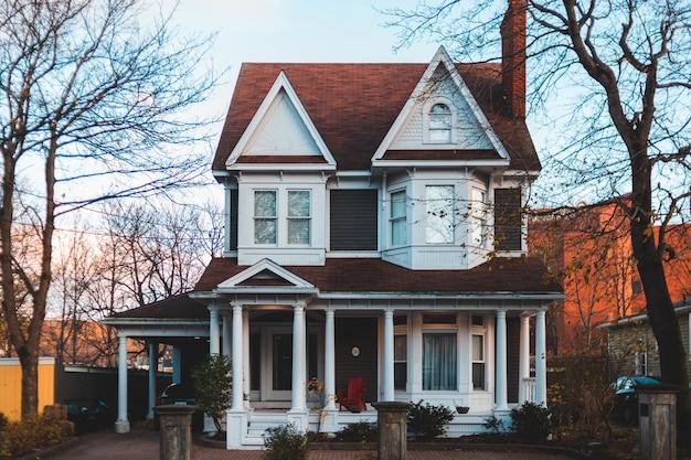 Casa branca e marrom