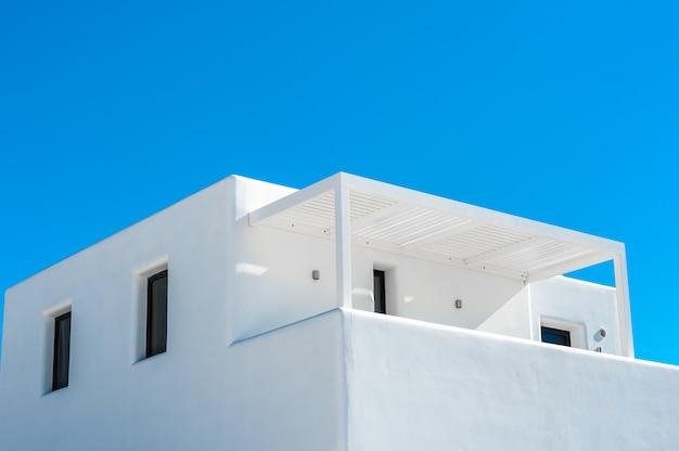 Casa branca tradicional no céu azul de santorini
