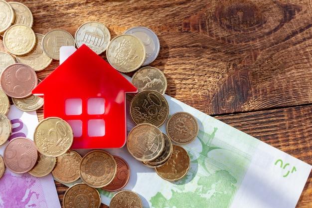 Casa casa nas notas e moedas euro dólar pilha pacote imóveis conceito despesas propriedade compra