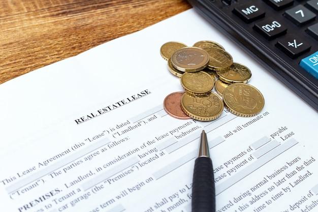 Casa, casa, propriedade, contrato de locação de arrendamento imobiliário com caneta e dinheiro