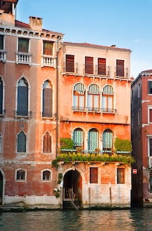 Casa colorida em veneza sobre as águas do grande canal, itália