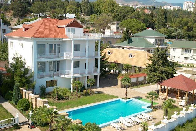 Casa com piscina azul no quintal