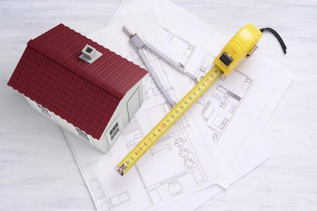 Casa com plano de casa e ferramentas. conceito de arquitetura.