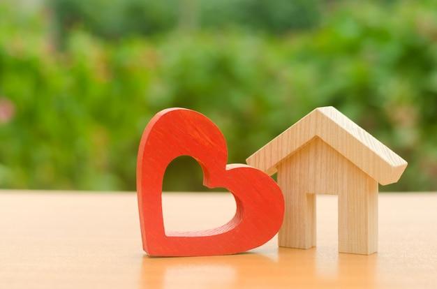 Casa com um coração de madeira vermelho