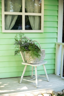Casa com varanda de outono e móveis de jardim decoração de pátio para relaxar