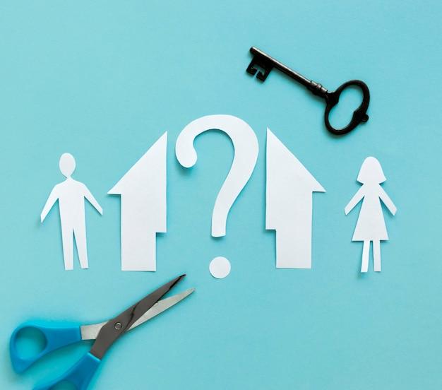 Casa da família de papel separada com chave