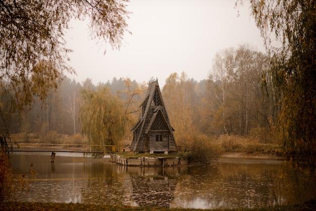 Casa da guarda florestal. paisagem de outono. casa da guarda florestal. paisagem de outono