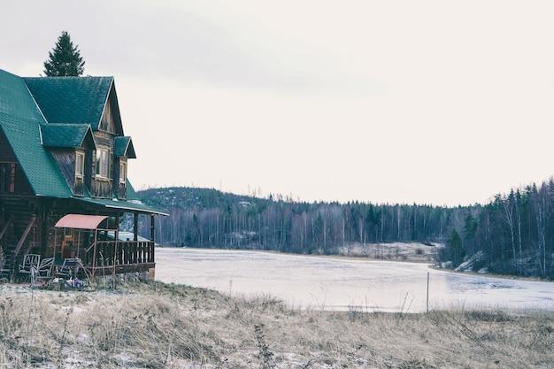 Casa de aldeia acolhedora à beira do lago. casa de campo em uma bela floresta. de manhã cedo em uma casa de campo.