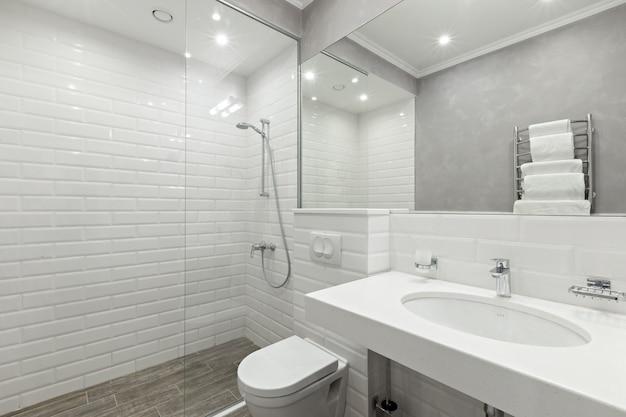 Casa de banho dos quartos do hotel