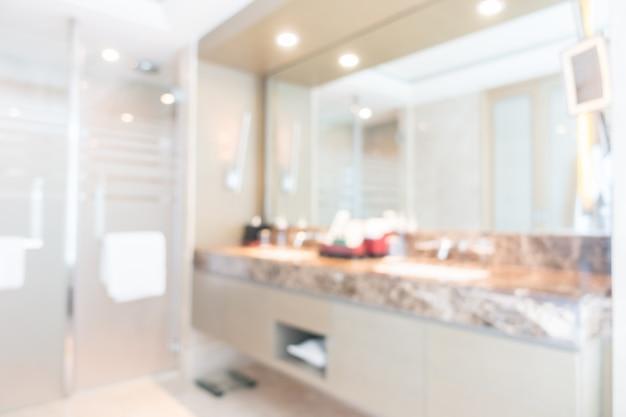 Casa de banho fora de foco com um grande espelho