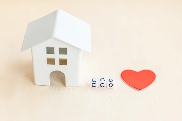 Casa de brinquedo com palavra eco em fundo de madeira
