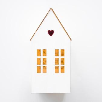 Casa de brinquedo com pequeno coração