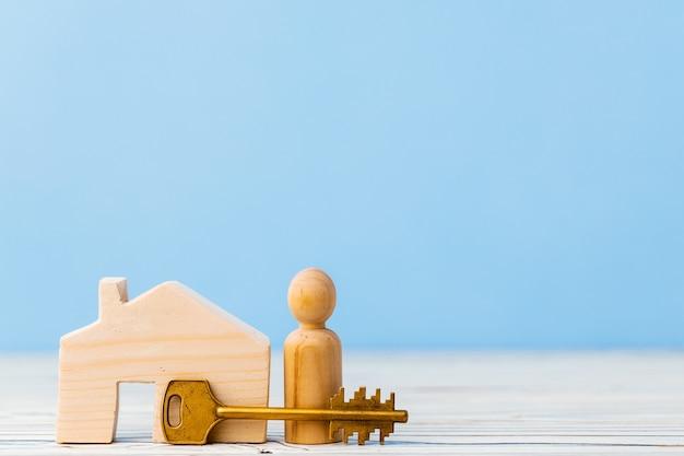 Casa de brinquedo de madeira e as chaves da casa fecham. conceito imobiliário