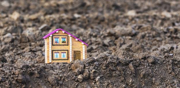 Casa de brinquedo em um campo