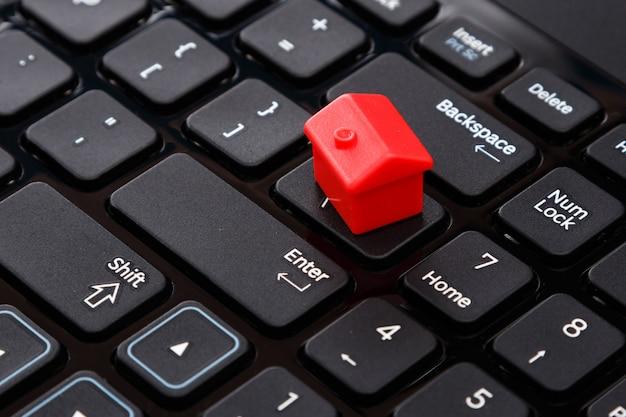 Casa de brinquedo pequeno sobre o teclado