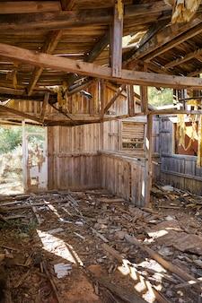 Casa de cabana de madeira velha destruída pelo furacão