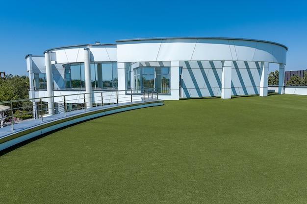 Casa de campo branca de dois andares com terraço espaçoso na cobertura em dia ensolarado de verão