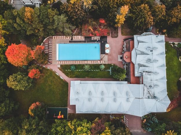 Casa de campo com piscina ao ar livre.