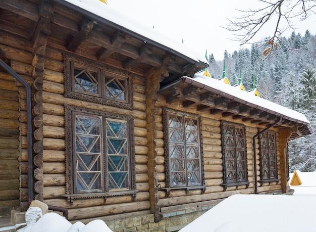 Casa de campo de madeira e floresta de inverno atrás (cárpatos, ucrânia)