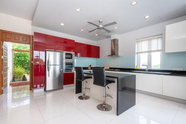 Casa de campo de piscina de desígnio interior na área de cozinha que caracteriza um contador de ilha