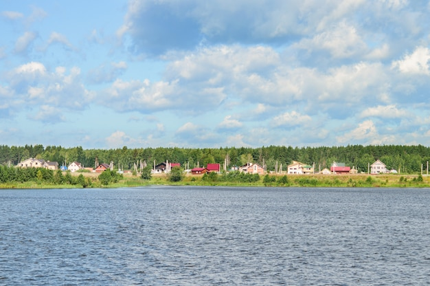 Casa de campo nas margens do rio.