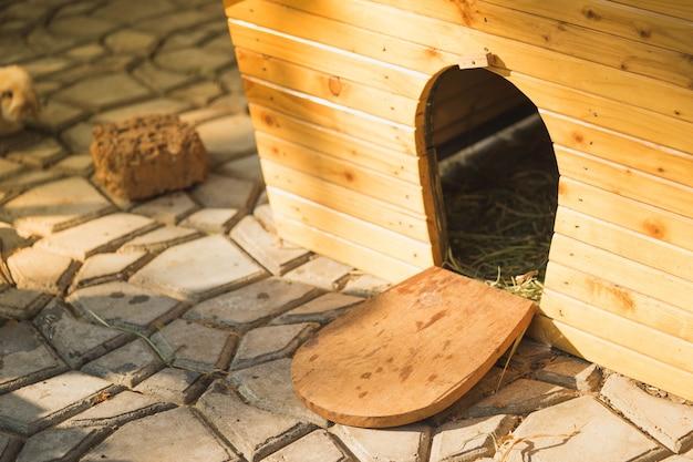Casa de coelho feita de madeira para o coelho se esconder de medo.