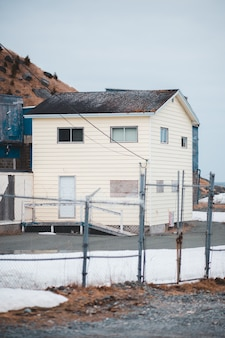 Casa de concreto branco e marrom