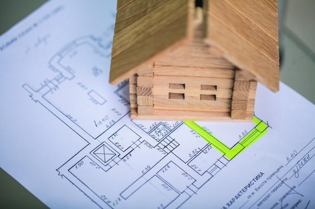 Casa de construção em plantas com trabalhador - projeto de construção