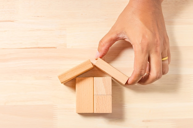 Casa de construção manual (imobiliária) com blocos de madeira