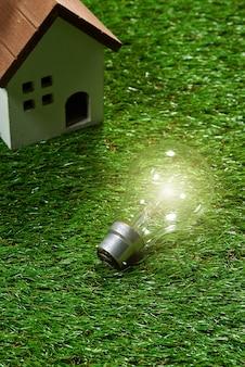 Casa de construção verde e conceito de economia de energia
