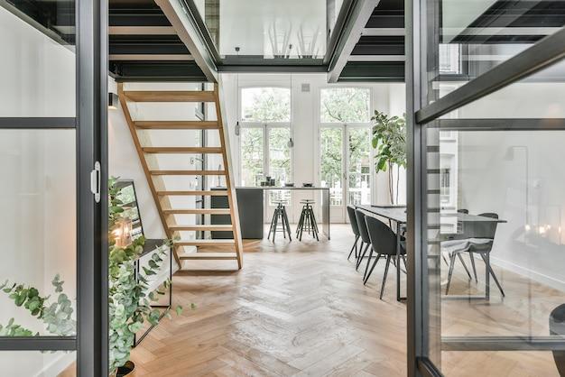 Casa de design incomum com janelas de vidro