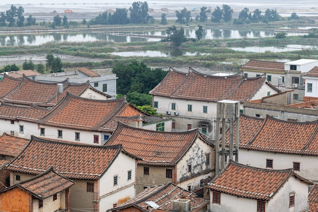 Casa de estilo chinês feita de tijolos e telhas vermelhas