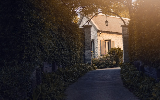 Casa de estilo vintage rodeada de árvores