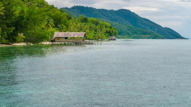 Casa de família na ilha de kri, monsuar, raja ampat, indonésia, papua ocidental