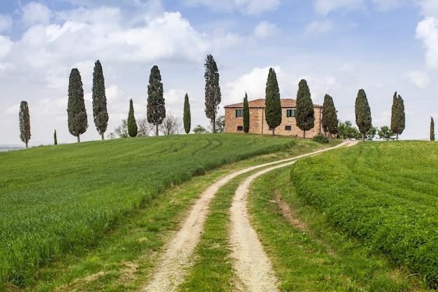 Casa de fazenda na toscana com ciprestes