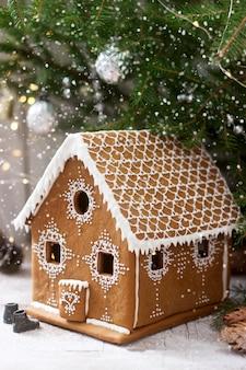 Casa de gengibre e árvores de natal