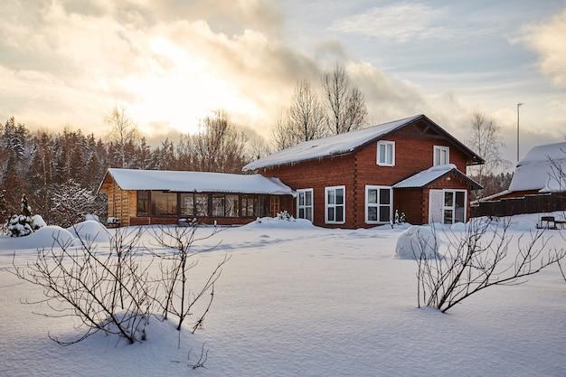 Casa de inverno na paisagem panorâmica de inverno nevado