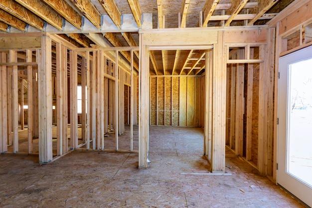 Casa de madeira americana sob construção de casa residencial interior